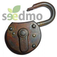 Bonito candado, con su llave, ideal para decorar sobre portones antiguos, arcones, baúles, o simplemente colgado de la pared.