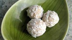 Riktigt goda kokos/ketobollar som är perfekta att äta om du behöver få i dig lite fett, eller bara vill stilla sötsuget lite. Perfekt LCHF-recept för dig!