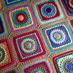 Very nice circle in square crochet blanket. Free pattern.
