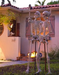 36 Never Seen Wicked Outdoor Halloween Decorations for a Spine-Chilling Guest Welcome Halloween Yard Displays, Halloween Skeleton Decorations, Halloween Skeletons, Family Halloween, Diy Halloween Decorations, Halloween 2020, Spooky Halloween, Homemade Halloween, Outdoor Decorations