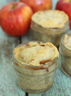 This apple pie in a jar recipe is super easy to make and sure to be a big hit for any fall gathering! Mason Jar Pies, Mason Jar Desserts, Mason Jar Meals, Meals In A Jar, Easy Desserts, Mug Recipes, Apple Recipes, Raw Food Recipes, Fall Recipes