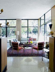 Дом в Калифорнии. Обстановка на террасе тоже располагает к веселью: у одного выхода из гостиной стоят яркие плетеные стулья, у другого – пуфы и шезлонги.