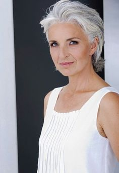 Gray hair can be elegant AND edgy - super look | Gray haired beauty