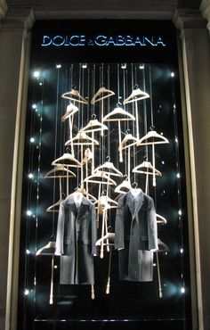 Window Visual Merchandising | VM | Window Display | Dolce & Gabbana: London #window #display Pineado por Pilar Escolano