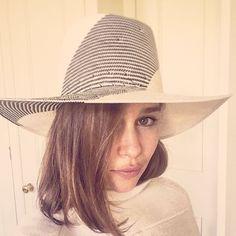 Emilia Clarke con un ala ancha de Alan Auctor fabricado en carta tessile ca. 2015 #Style #Hat #Cinema