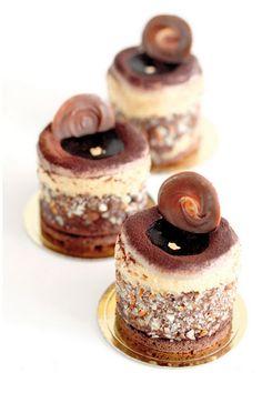 Caramelised Banana, Rum, Raisins, Caramel Mousse and chocolate Cake. Individual Desserts, Fancy Desserts, Just Desserts, Mini Cakes, Cupcake Cakes, Cupcakes, Sweet Recipes, Cake Recipes, Dessert Recipes