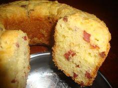 A Receita de Bolo Pão de Queijo com Calabresa é prática e deliciosa. Basta bater os ingredientes da massa no liquidificador, misturar o polvilho doce e acr