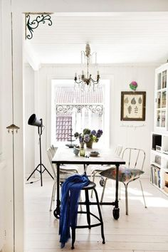 White+dinning+room+with+boho+details,