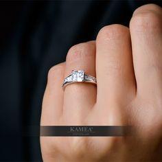 Podmanivý zásnubný prsteň, ktorý je splneným snom každej ženy. Majestátny šperk zdobí 11 zirkónov, ktoré sú osadené v lesklom zlate. Možnosť vyhotovenia v bielom, žltom aj červenom prevedení a v každej veľkosti. Možnosť vyhotovenia aj v briliantovej verzii. Wedding Rings, Engagement Rings, Jewelry, Enagement Rings, Jewlery, Jewerly, Schmuck, Jewels, Jewelery