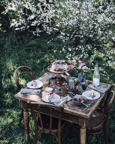 close friends ideas So happy about these wonderful spring days at the moment, it almost feels Iike summer already More of this dreamy spring table in the Dream Garden, Home And Garden, Summer Garden, Summer Picnic, Nature Green, Slow Living, Spring Day, Happy Spring, Outdoor Dining