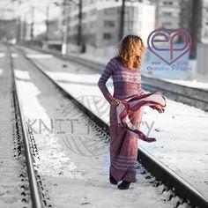 """Наверное, в зависимости от настроения, на этом фото можно увидеть два противоположных сюжета! """"Анна Каренина"""" либо """"А я по шпалам, а я по шпалам… """"  ___________ #knitfactory_платья"""
