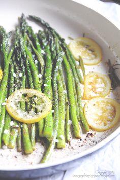 Kulinarne podróże: Szparagi z patelni. Z cytryną i świeżym rozmarynem.