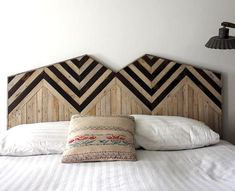 The headboard is a little the right arm of the quilt. Poor headboard that suffers a lot … Geometric Furniture, Bed Pillows, Decor, Bed, Headboard Storage, Make Your Bed, Mattress Design, Upcycled Home Decor, Home Decor