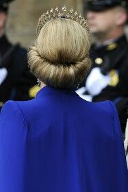 carolathhabsburg: Back detail of Queen Maxima´s hairdo during the Dutch Inauguration Ceremony, Royal Tiaras, Royal Jewels, Tiara Hairstyles, Wedding Hairstyles, Roll Hairstyle, Dutch Royalty, Queen Dress, Queen Maxima, Glamour
