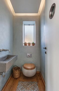 Designing a guest toilet - 16 nice ideas for a small toilet guest bathroom-design-small-rustic wooden floor-toilet seat-wood-pattern carpet Small Toilet Room, Guest Toilet, Downstairs Toilet, Serene Bathroom, Bathroom Interior, Bohemian Bathroom, Design Wc, Design Ideas, Toilette Design