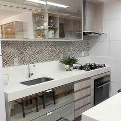 """Meu novo Apê no Instagram: """"Olha só que charme esta cozinha! Não sei lidar com os armários espelhados e a bancada branquinha #cozinhameunovoapê Projeto Germana…"""""""