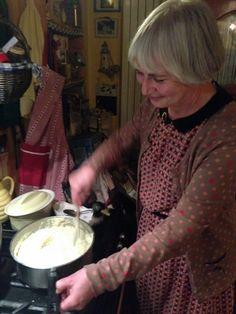 Catherine prépare sa bonne purée pour le repas de ce soir à déguster avec tous ses hôtes.