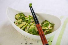 Osvěžující okurkový salát s asijským šmrncem výborně doplnil grilované maso.