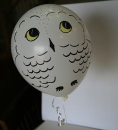 15 Magical Ideas For Throwing The Perfect Harry Potter-Themed Baby Shower - 15 Magical Ideas For Throwing The Perfect Harry Potter-Themed Baby Shower Make adorable Hedwig balloons, using simple white balloons, markers, and a little bit of imagination. Baby Harry Potter, Harry Potter Motto Party, Gateau Harry Potter, Harry Potter Thema, Harry Potter Fiesta, Harry Potter Halloween Party, Theme Harry Potter, Harry Potter Baby Shower, Harry Potter Wedding