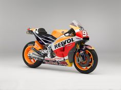 The first test of the season was held last week at the Sepang Circuit in Malaysia and marked a brilliant maiden outing for the Repsol Honda 2015 bike. It was also the first time that Marc Marquez and Dani Pedrosa went out on track with the new colour schemes on their leathers and bikes. Both also stepped in front of the cameras for the official photos for the season.