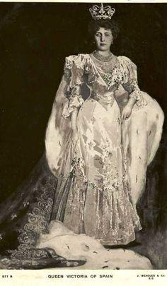 La Reina Victoria Eugenia (Ena) de España, posando con la Tiara Masriera, regalo de Cataluña, remodelada en Corona. Actualmente en paradero desconocido.