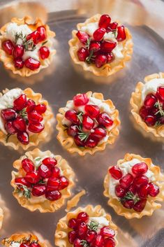 These Pomegranate Goat Cheese Bites with Honey and Thyme are an easy party appet.- These Pomegranate Goat Cheese Bites with Honey and Thyme are an easy party appetizer that is sure to impress your guests! Holiday Party Appetizers, Snacks Für Party, Finger Food Appetizers, Mini Appetizers, Easy Thanksgiving Appetizers, Party Appetizer Recipes, Finger Foods For Party, Girls Night Appetizers, Girls Night Snacks