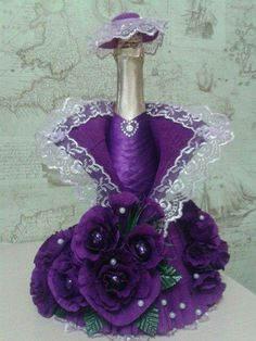 Lady in purple Recycled Glass Bottles, Glass Bottle Crafts, Wine Bottle Art, Jar Crafts, Diy And Crafts, Bridal Wine Glasses, Chocolate Flowers Bouquet, Personalized Wine Bottles, Wedding Wine Bottles