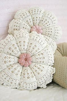 beautiful shabby chic pillows made with crochet doilies Crochet Home Decor, Crochet Crafts, Crochet Doilies, Yarn Crafts, Crochet Projects, Sewing Crafts, Crochet Cushions, Love Crochet