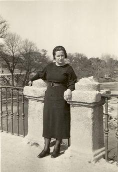 Carmen Conde en el Orfanato Nacional de El Pardo (Madrid), marzo de 1935.