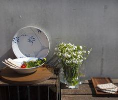 Skandinavisches Flair erlebt ihr mit den Royal Copenhagen Mega Blau Gerippt Tellern und der iittala Alvar Aalto Vase.