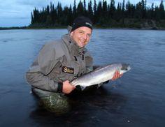 Un pêcheur satisfait montrant sa prise faite dans la rivière du Torne à Pello en Laponie