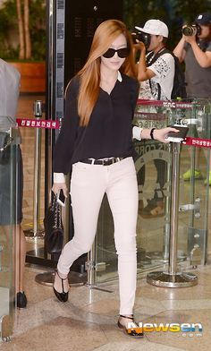 SNSD Airport Fashion - black t-strap shoes