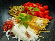 Macarrão com tomatinhos, azeitona e pimenta. | 10 receitas de uma panela só para apaixonados por macarrão