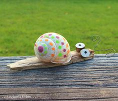 Small natural snail decorated with Posca markers. www. Small natural snail decorated with Posca markers. www. Diy For Kids, Crafts For Kids, Diy And Crafts, Arts And Crafts, Decor Crafts, Home Decor, Shell Crafts, Nature Crafts, Land Art