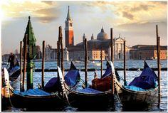 Venedig im Frühling zieht nicht nur Romantiker und Kunstinteressierte an. Ein sehr beliebtes Motiv sind die Gondeln am Markusplatz, die hier aus 1000 Teilen zusammengepuzzelt werden können...