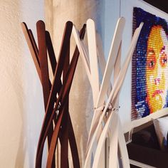 Perchero de #Horm cuadro de #JorgeCastroGomez.  #showroom #pepecabrerashop #denia #design #interiordesign #architecture #simplicity #inspiration #arquitectura #decor #livingroom #designer #homedecor #style #home #decoracion #orange #colors #interiorismo #chair #table #arq #deco