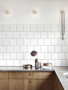 Love the warm atmosphere of this kitchen with wooden cabinets and white square tiles with black grout (For more inspiration of kitchens featuring the lovely combination of white tiles and black Wooden Kitchen Cabinets, Wooden Cupboard, Kitchen Tiles, New Kitchen, Stylish Kitchen, Interior Desing, Home Design Decor, Küchen Design, Home Decor