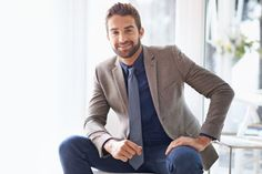 Men can easily put together an interview outfit that is appropriate for the job, but still stylish and professional. Here's the best interview attire for men. Interview Outfit Men, Interview Style, Blazer Fashion, Mens Fashion, Fashion Suits, Dress Code Casual, White Shirt Men, Professional Outfits, Suit And Tie