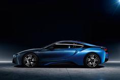 La notte ha sempre il suo fascino e i colori della BMW i8 la riassumono perfettamente.