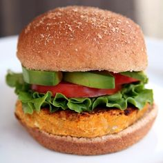 Looking for an easy and delicious veggie burger recipe to try? Vegan and full of fiber and protein, this recipe only requires 7 ingredients you probably already have in your kitchen. And each patty is around 150 calories. Frozen Veggie Burgers, Sweet Potato Veggie Burger, Vegan Burgers, Vegan Vegetarian, Vegetarian Recipes, Healthy Recipes, Skinny Recipes, Sweet Potato Wedges, Burger Recipes