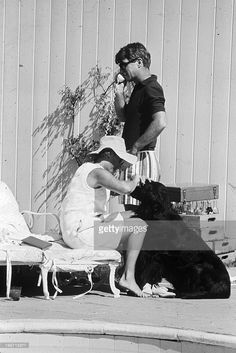 Rendezvous With Robert Kennedy. En Virginie, chez lui, dans sa propriété de Hickory Hill, le ministre de la justice Robert Francis KENNEDY en polo et bermuda, portant des lunettes de soleil, telephonant aux côtés de son épouse Ethel KENNEDY, assise en bord de piscine.