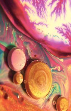 Experimento em vídeo com líquidos coloridos em movimento. Usando uma mistura de tinta, óleo e sabonete líquido, o filme cria um ar de surreal e psicodélico.
