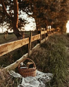 A perfect place to sit down and relax Country Life, Country Living, Life Is Beautiful, Beautiful Places, Vie Simple, Picnic Date, Photo Images, Autumn Aesthetic, Anne Of Green Gables