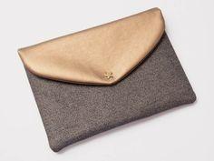 On n'a jamais assez de sacs. Helen du blog Meine kreative Seite l'a aussi constaté. Elle a donc décidé de vous donner un guide et des conseils pour agrandir votre collection de sacs en vous montrant comment coudre une pochette enveloppe.