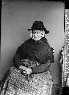 File:An old woman, Gwar-y-llyn (Thomas) NLW3362630.jpg