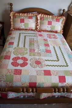 Strawberry Fields Cottage Quilt on the Quilting Board Colchas Quilting, Quilting Board, Scrappy Quilts, Easy Quilts, Quilting Projects, Quilting Designs, Quilting Ideas, Image Deco, Flower Quilts