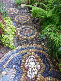 Die Mosaik Wege wirken natürlich und schön