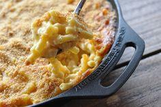 Mac and Cheese sind ein US-amerikanischer Beilagenklassiker. Die Käse-Makkaroni sind cremig, gehaltvoll, käsig und einfach lecker! Doch wirklich gute Mac and Cheese zu finden ist gar nicht mal so e…