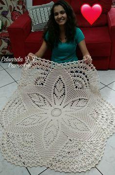 Precisava que mandasse o gráfico se tiver. Muito lindo. Crochet Tablecloth Pattern, Free Crochet Doily Patterns, Crochet Doily Rug, Crochet Dollies, Crochet Bedspread, Crochet Dishcloths, Crochet Gifts, Filet Crochet, Crochet Designs
