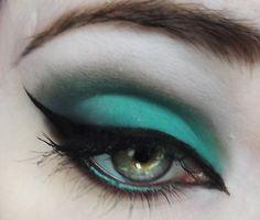 Teal eyeshadow with dramatic cat eye Pretty Makeup, Love Makeup, Beauty Makeup, Makeup Looks, Beauty Tips, Teal Eyeshadow, Eyeshadow Makeup, Makeup Cosmetics, Cat Eyeliner